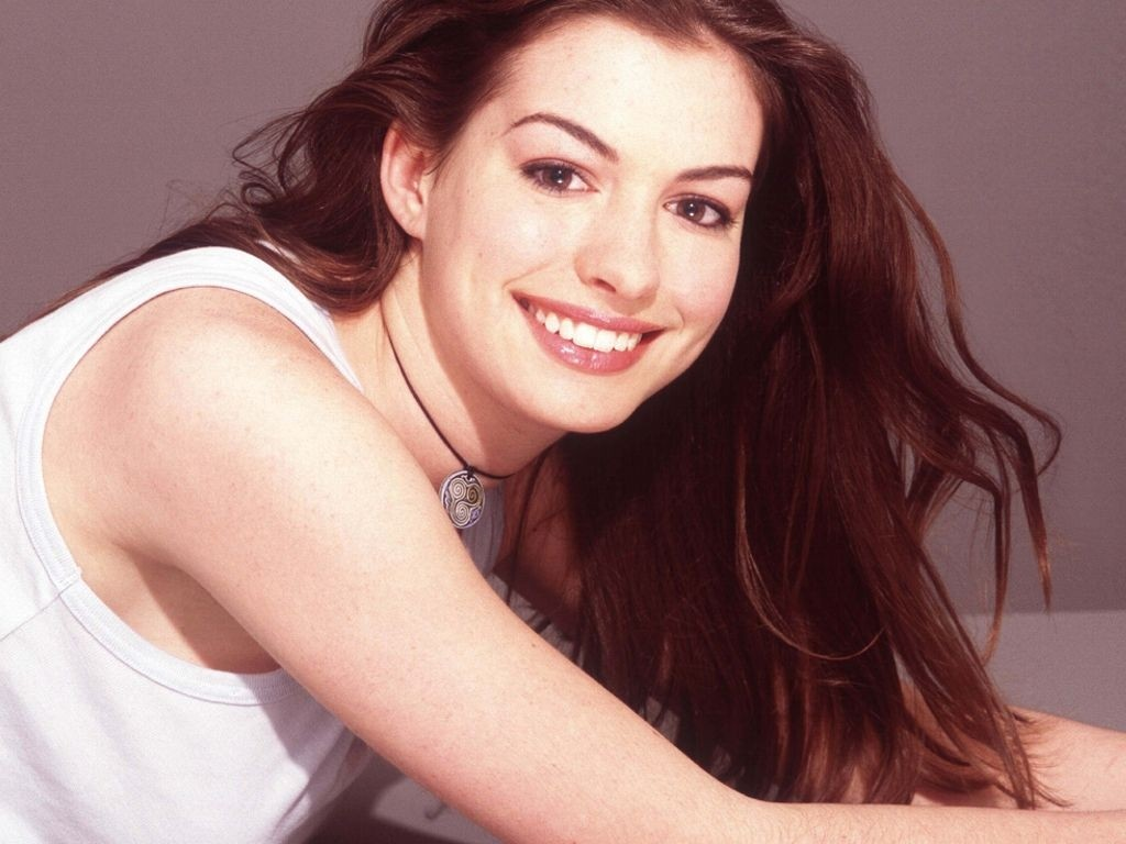 Anne Hathaway - Picture 28 - Zazzybabes.com
